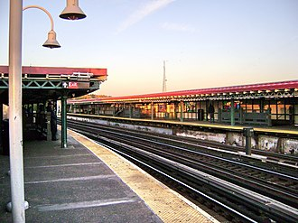 West Farms Square–East Tremont Avenue (IRT White Plains Road Line) - View from the southbound platform, looking north