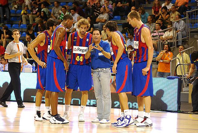 Xavi Pascual donant indicacions a l'equip