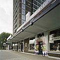 Zicht op enkele winkels naast de flat - Rotterdam - 20389428 - RCE.jpg