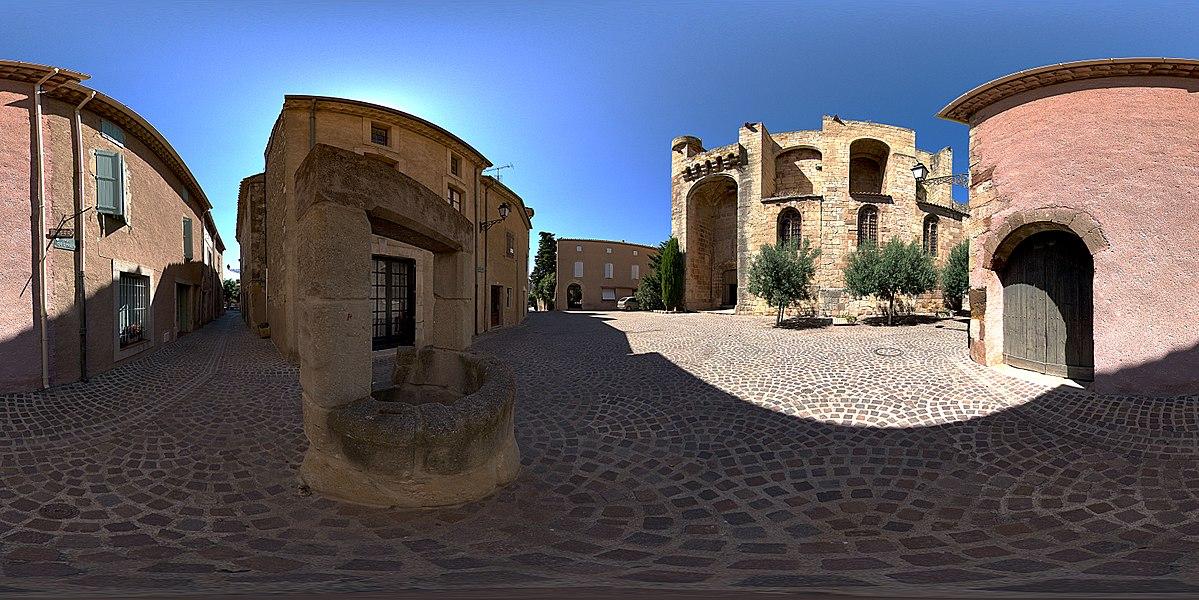 Panorama sphérique 360° de la Place de l'Eglise à Cruzy, avec vue de la façade de l'église Sainte-Eulalie.