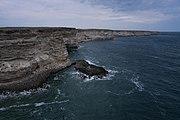 Вид на скалистый берег с мыса Белый Нос.jpg