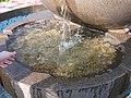 """Фонтан """"Яблоко"""" на вершине Кок-Тобе. Чаша с монетами оставлеными посетителями..JPG"""