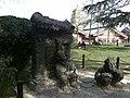 陕西民俗八大怪雕塑之一 房子半边盖 - panoramio.jpg
