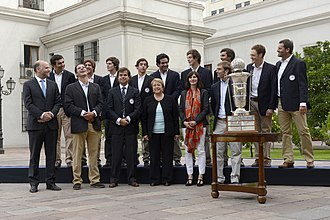 The Chilean national polo team with President Michelle Bachelet and the trophy of the 2015 World Polo Championship. 15 Abril 2015, Ministro Alvaro Elizalde junto a la Presidenta Michelle Bachelet reciben al Equipo Campeon Mundial de Polo en La Moneda. (17160926755).jpg