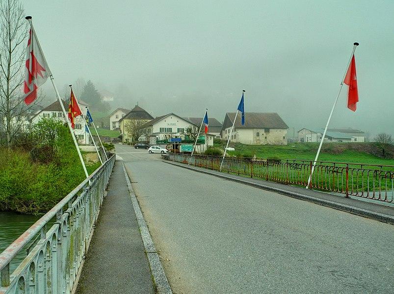 This file was uploaded  with Commonist.    Le pont sur le Doubs reliant les deux Goumois: vue sur la France depuis le côté suisse (HDR).