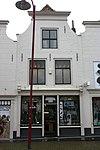 foto van Huis met geverfde lijstgevel, aan de hoeken ingezwenkt