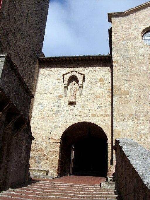 Arco d'ingresso a Piazza Pecori di fianco alla Collegiata