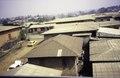 ASC Leiden - van Achterberg Collection - 1 - 044 - Vue de l'hôtel international. Des maisons en briques avec des toits en tôle ondulée - Bamenda, Cameroun - 6-12 février 1997.tif