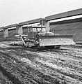 Aanleg en verbeteren van wegen, dijken en spaarbekken, lossgronden, stabiliseren, Bestanddeelnr 161-1277.jpg