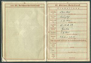 Amtsdokument Paul Fischer 1937 Leutnant Wehrpass Luftwaffe Seite 12 13 Reichsarbeitsdienst Aktiver Wehrdienst Tag der Vereidigung.jpg