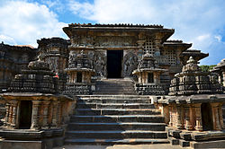 An entrance into the Hoysaleshwara temple in Halebidu.jpg