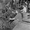 Arbeiders bezig met het vullen van wijnflessen aan een vulmachine in de Rothschi, Bestanddeelnr 255-1606.jpg