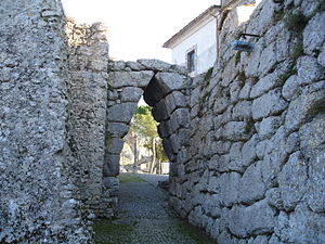 Arpino - Pointed arch in the walls.
