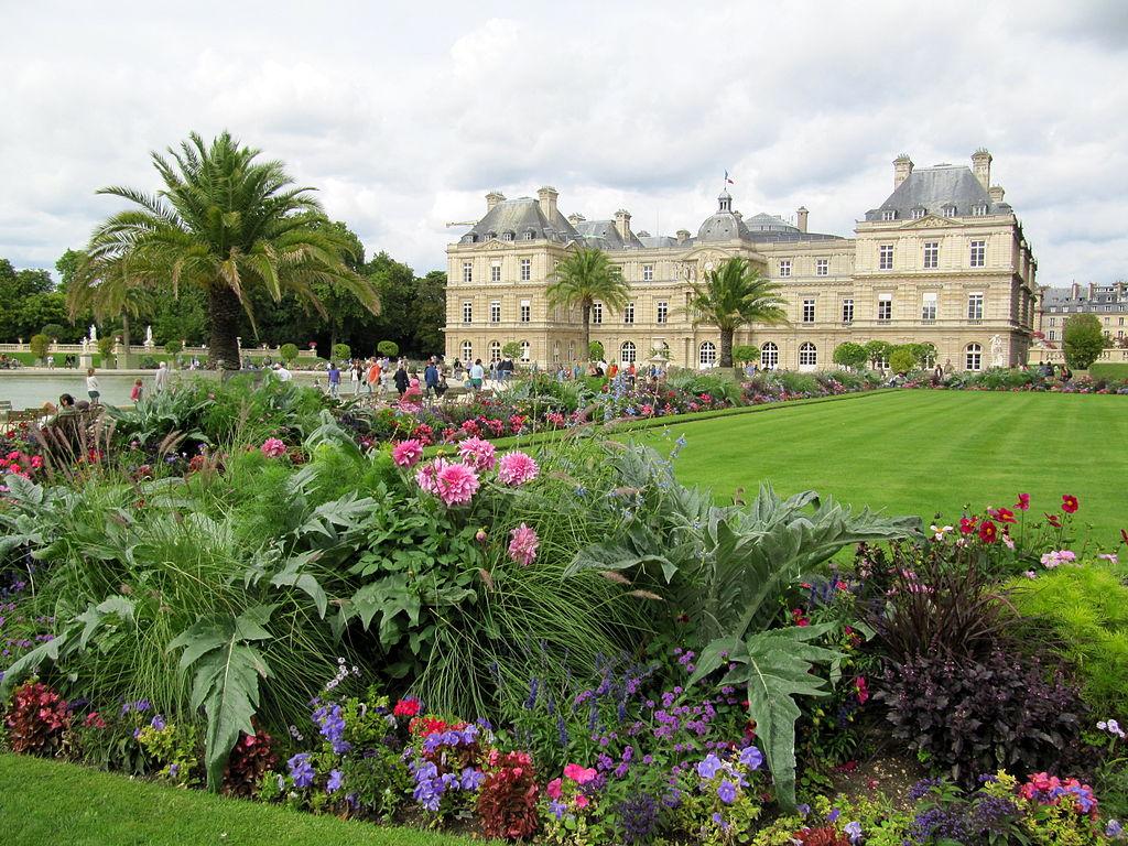 File arrangement floral dans le jardin du for Buvette des marionnettes du jardin du luxembourg
