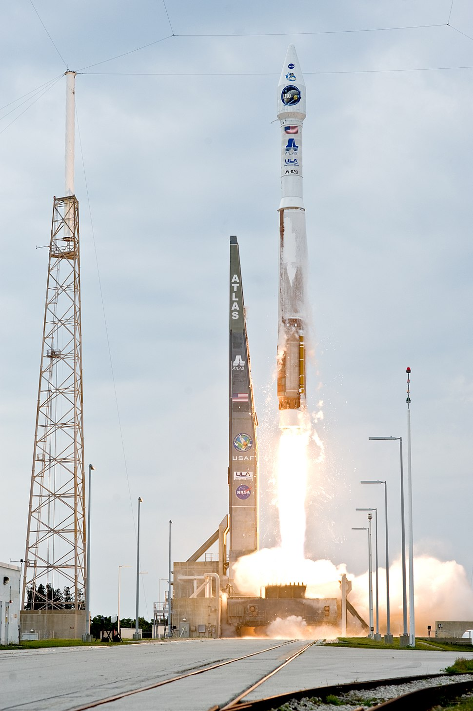 Atlas V(401) launches with LRO and LCROSS