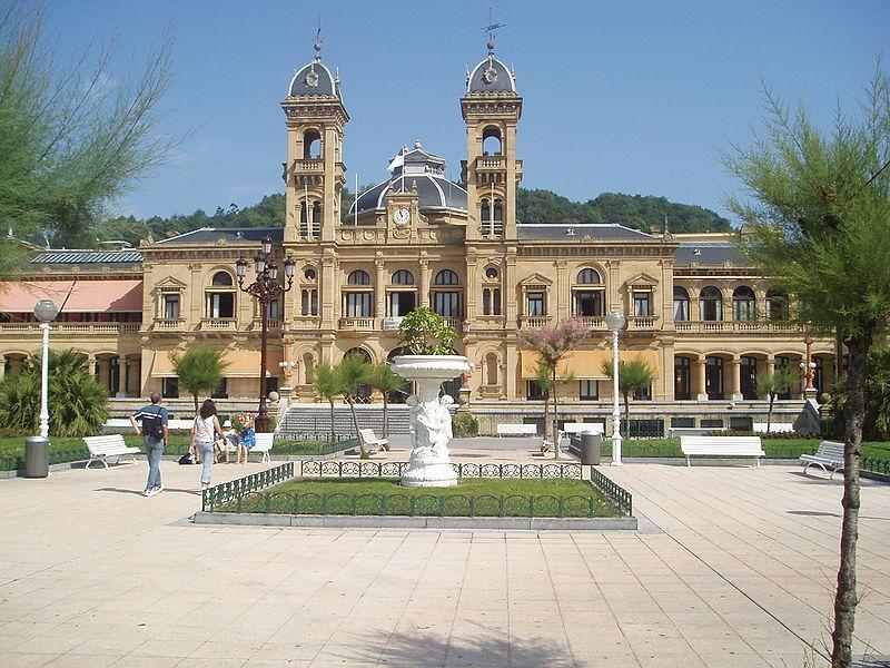 File:Ayuntamiento-S.S.Center.jpg