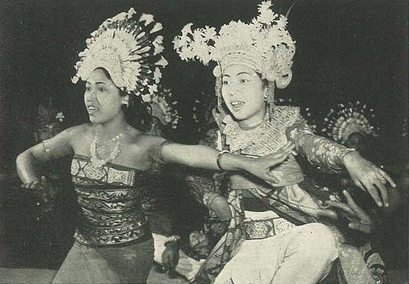 File:Balinese dancer 3, Wanita di Indonesia p112 (Kon Luchtvaart Mij).jpg
