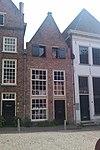 foto van Huis met gepleisterde tuitgevel, moderne werkplaatsdeur