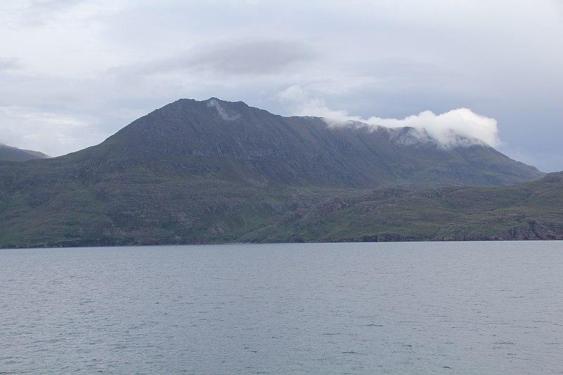 File:Bergmassiv, vermutlich bei Culnacraig, Schottland.jpg