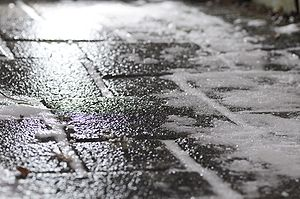 English: Black ice on footway Deutsch: Glattei...