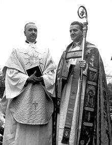Helge Ljungberg (til højre) installerer Arne Branderud som sognepræst i Brännkyrka menighed, helligtrekongersdagen i 1957.