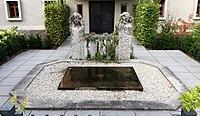 Brunnen Mandlstr1 München.jpg