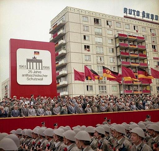Bundesarchiv Bild 183-1986-0813-460, Berlin, Parade von Kampfgruppen zum Mauerbau