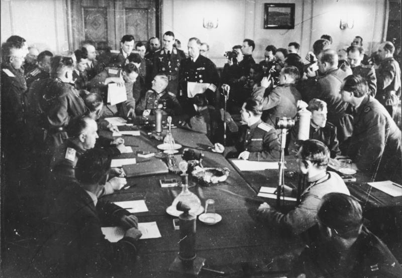 Bundesarchiv Bild 183-J0422-0600-002, Berlin-Karlshorst, Kapitulation, Shukow, Keitel
