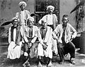 COLLECTIE TROPENMUSEUM Mekkagangers uit Aceh met twee Wakils in het Nederlandse Consulaat in Jeddah TMnr 10001259.jpg