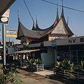 COLLECTIE TROPENMUSEUM Paviljoen in Minangkabau-stijl op de jaarbeurs op het Merdeka-plein TMnr 20025825.jpg