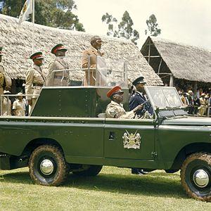 COLLECTIE TROPENMUSEUM President Jomo Kenyatta staande in een landrover tijdens de opening van de Eldoret Agricultural Show TMnr 20038661