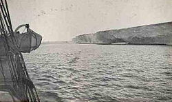 Ein unfruchtbare und gesichtsWende, von der Seite eines Schiffs über eine Strecke von ruhigem See beobachtet