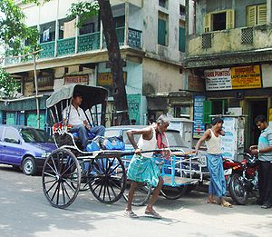 A man-pulled rickshaw in Kolkata Deutsch: Eine...