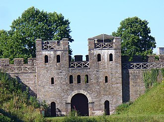 Caer - The north gate of Cardiff Castle, following the old Roman fortifications and rebuilt along Roman lines.