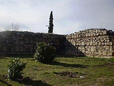 Zona ajardinada junto a uno de los muros del castillo.