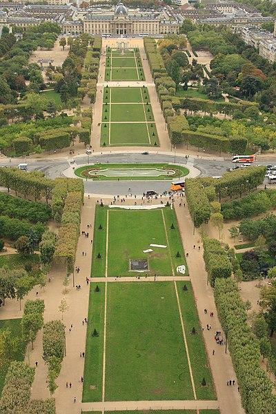 Fichier:Champ-de-Mars from the Eiffel Tower, 6 October 2010.jpg