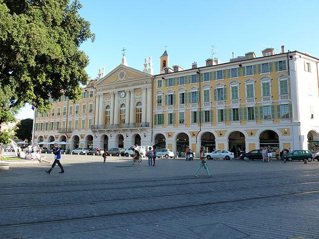 Chapelle du Saint Sépulcre de Nice sur la place Garibaldi. Les arcades, les couleurs et la statue à la gloire de Garibaldi rappelle Turin, longtemps ville de référence de Nice.