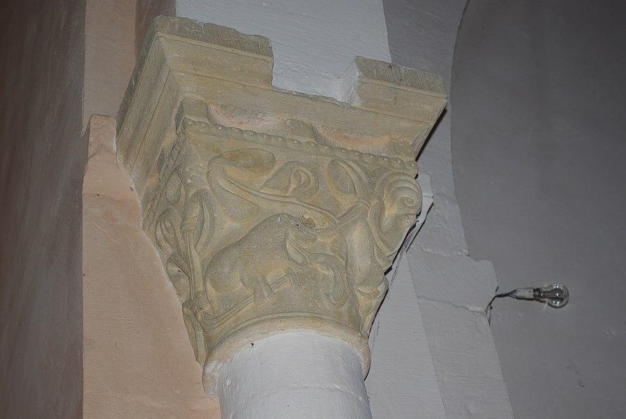 Chapiteau dans l'église de Péronne (71)