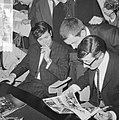 Cliff Richard , aankomst op Schiphol met Willeke Alberti tijdens persconferentie, Bestanddeelnr 916-3950.jpg