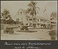 Collectie NMvWereldculturen, RV-A102-1-17, 'Huis van den Distrikstcommissaris te Albina'. Foto- G.M. Versteeg, 1903-1904.jpg
