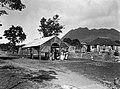 Collectie NMvWereldculturen, TM-60046332, foto 'Constructie met dak, als marktgebouw in gebruik in Oranjestad', fotograaf niet bekend, 1900-1940.jpg