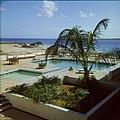 Collectie Nationaal Museum van Wereldculturen TM-20029701 Zwembad van Hotel Bonaire Bonaire Boy Lawson (Fotograaf).jpg