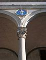 Columna i tondo de l'Hospital dels Innocents, Florència.JPG