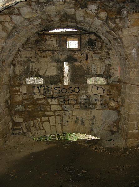 Dans la caponnière double de l'enveloppe, à l'est du fort.  Lachaux fortifications.