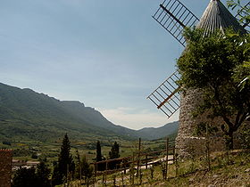 Le moulin surplombant le village et remis en exploitation en 2006