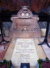 """Gruft 54 (Petersfriedhof Salzburg): """"Kommunegruft"""", in der Maria Anna Mozart und Michael Haydn bestattet sind (Quelle: Wikimedia)"""