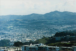 Pairt o Daly City wi San Bruno Mountain an the San Francisco neebourheid o Crocker Amazon in the backgrund.