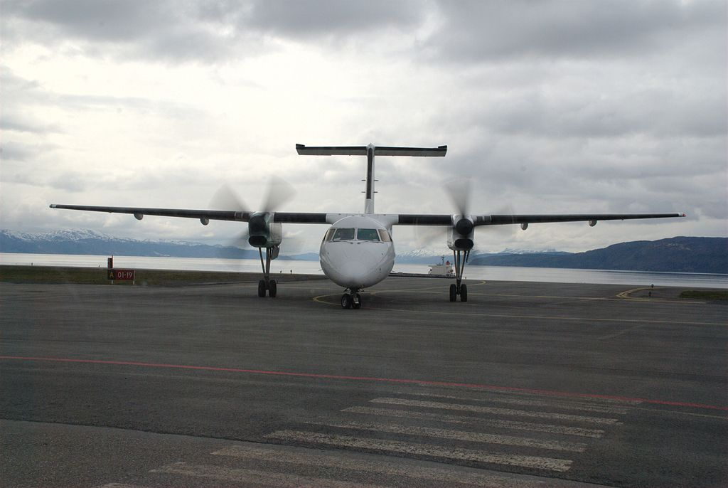 http://upload.wikimedia.org/wikipedia/commons/thumb/7/7e/Dash_8-100_at_Narvik_Airport,_Framnes.jpg/1024px-Dash_8-100_at_Narvik_Airport,_Framnes.jpg