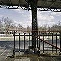 Detail van de smeedijzeren balustrade op het perron - Geldrop - 20387779 - RCE.jpg