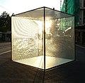 Dieser Glaskubus wurde 2003 als Mahnmal für die jüdischen Opfer der braunen Pest aufgestellt. - panoramio (1).jpg